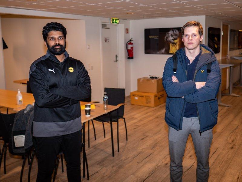 TRENERDUOEN: Thilip Thangarasa (t.v) og Marius Oyen Garnes skal ha mye av æren for at LSK-spillerne for en såpass tilrettelagt hverdag.
