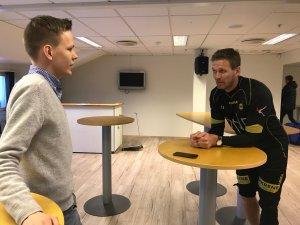TILBAKE I TRENING: Frode Kippe fikk en ekstra feriedag, og var på sin første trening for året torsdag. Her er intervjues han av Ole-Martin Andersen - som er i journalistpraksis i Lillestrøm Sportsklubb i januar og februar.