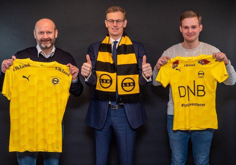 LSK-PARTNER: Robert Lauritsen i LSK og Jonas Otto Jensen (t.h) i LSK Kvinner FK er svært godt fornøyd med at Advokatfirmaet Økland - her ved daglig leder Audun Bollerud - tar plass på drakta i 2021.