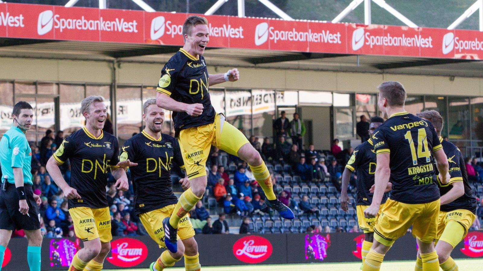 Simen Kind Mikalsen jubler etter scoring mot Sogndal