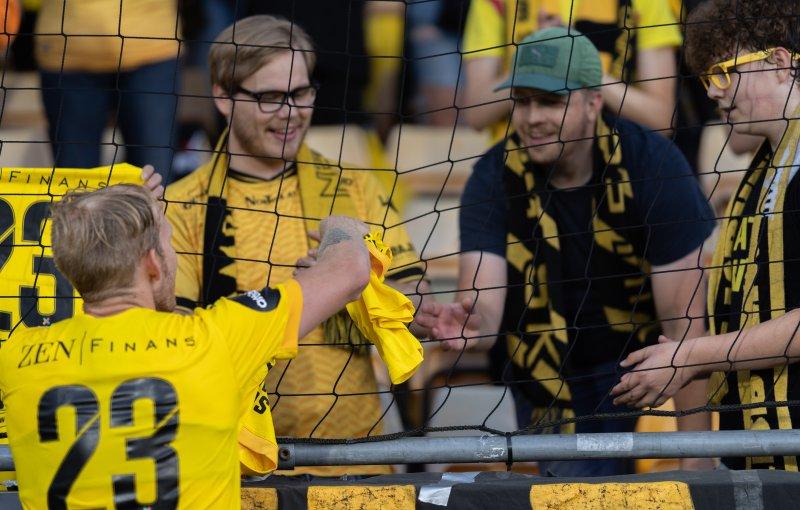 GAVE FRA ÅSEN: Her overleverer Gjermund Åsen LSK-drakt til John Henrik Espmarker etter seieren over Sarpsborg. Til høyre: Elias (15).