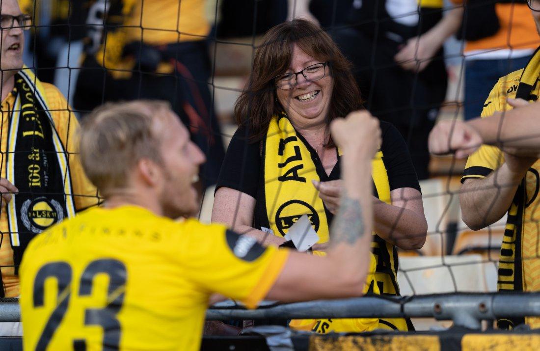 STORT SMIL: Så glad ble Anne-Marie Espmarker da hun fikk LSK-drakt av Gjermund Åsen.