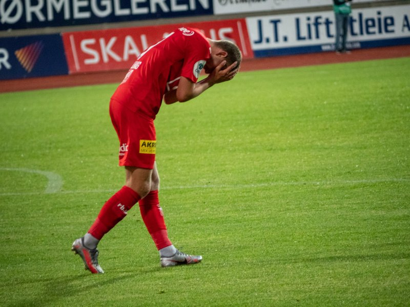 FRUSTRERT: Torbjørn Kallevåg etter å ha fått sin scoring feilaktig annulert. Bildet oppsummerer på mange måter LSKs kveld.<br />Foto: Emil Saglien Ruud