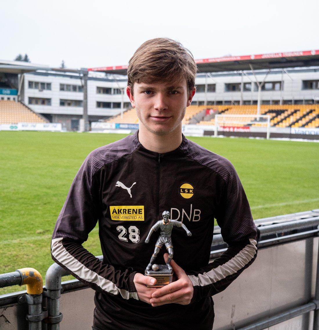 ÅRETS LAG: Magnus Knudsen ble kåret til en av tre midtbanespillere på årets lag. Foto: Emil Saglien Ruud