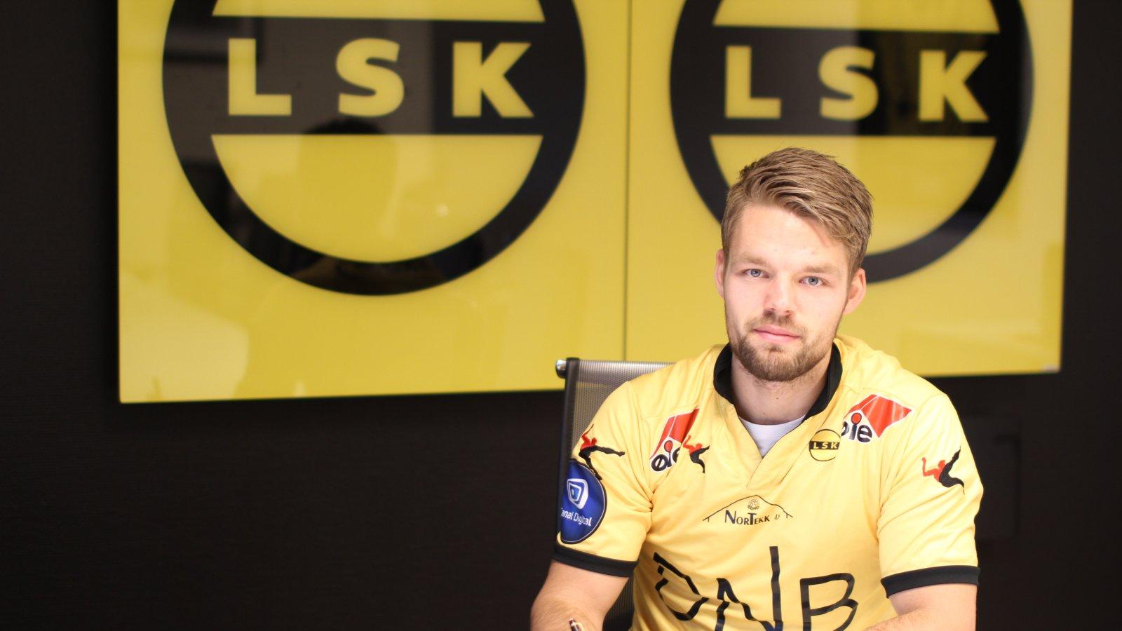 Mats Haakenstad signerer