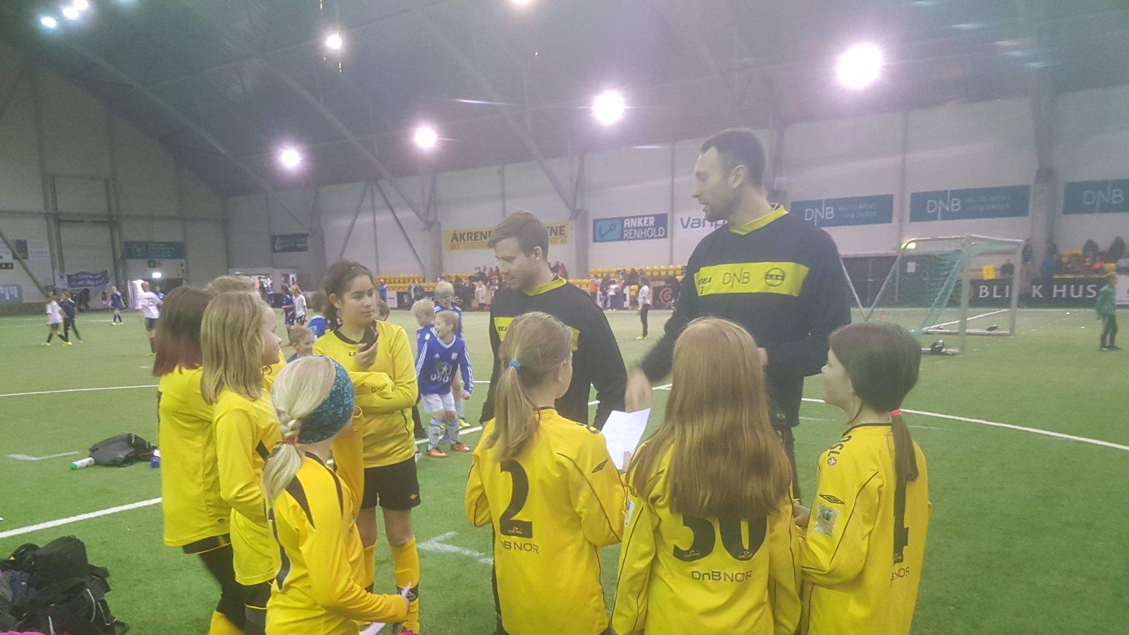 Simen Rafn og Stefan Antonievic prater med barna i LSK-hallen