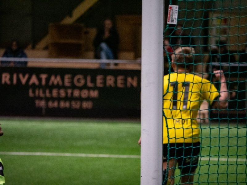 JUBEL IGJEN: Simon Bakken scorer sitt andre som innbytter i LSKs sesongoppkjøring.<br />Foto: Emil Saglien Ruud